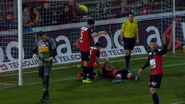 Vom Torjubel ins Spital: Nach dem Kopfball-Treffer gegen Chiasso im November 2015 bleibt Petar Sliskovic im Goal liegen.