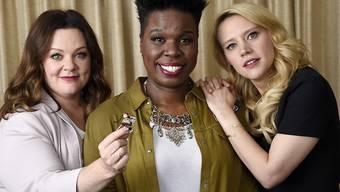"""Leslie Jones - in der Mitte zwischen ihren """"Ghostbusters""""-Kolleginnen Melissa McCarthy (l) und Kate McKinnon -  ist das Lachen vergangen, nachdem sie gemeine Twitter-Kommentare lesen musste. (Archivbild)"""