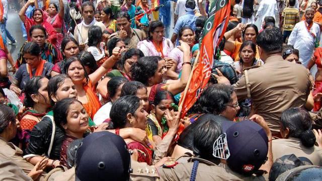 Handgemenge zwischen Polizei und Demonstrantinnen in Lucknow
