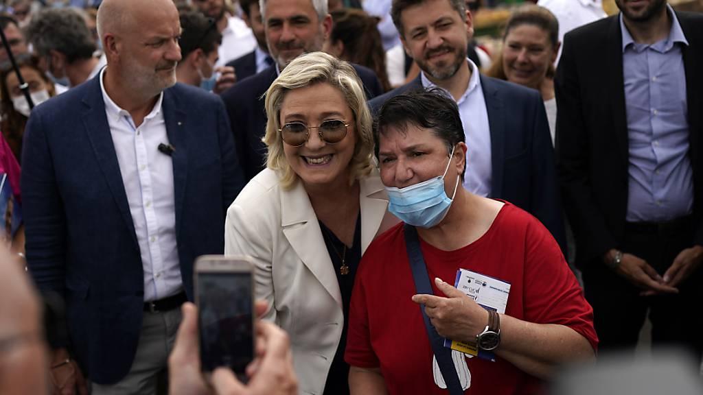 Die Parteivorsitzenden der Rassemblement National Marine Le Pen (M) posiert bei einer Wahlkampfveranstaltung für ein Foto. Bei den anstehenden Regionalwahlen könnte die Partei Rassemblement National in einer der französische Regierungsbezirke die Wahlen gewinnen. Foto: Daniel Cole/AP/dpa