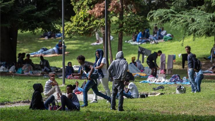 Flüchtlinge im Park vor dem Bahnhof in Como. Manche von ihnen wurden schon ein halbes Dutzend Mal in Chiasso zurückgewiesen.
