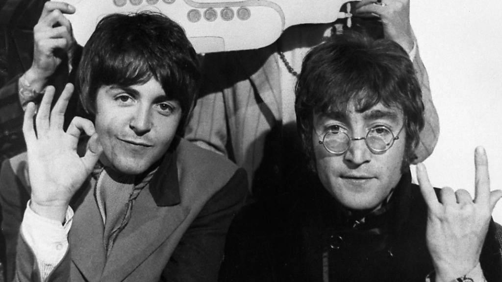 ARCHIV - Die vier «Pilzköpfe» der britischen Popgruppe «The Beatles» (l-r) George Harrison, Ringo Starr, Paul McCartney und John Lennon stehen mit einer Ausschneidefigur vom «Yellow Submarine». Foto: PA Wire/dpa