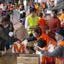 Zum letzten Mal sind am Samstag in der Eisbahn von Les Vernets bei Genf 3000 Hilfspakete an Bedürftige verteilt worden.
