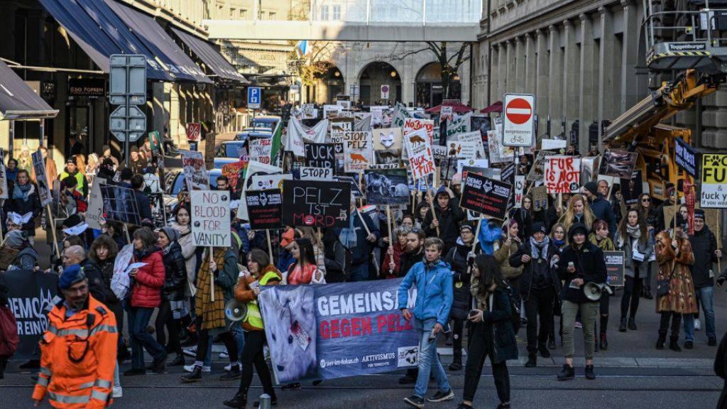 Über 500 Leute demonstrieren in Zürich gegen Pelz