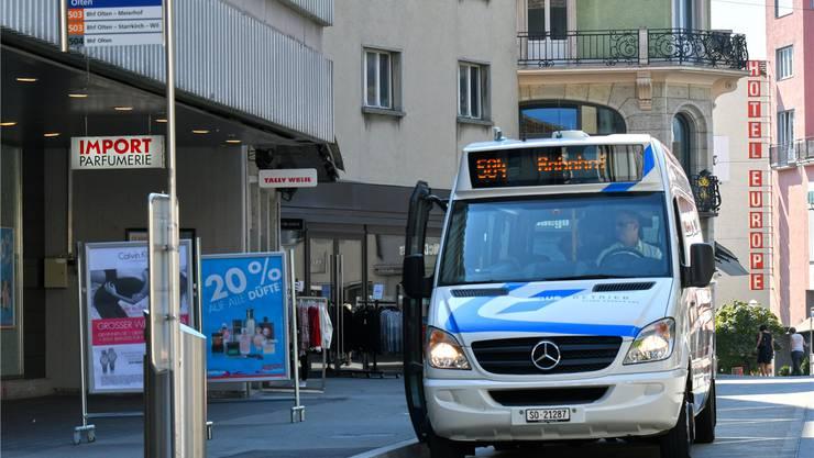 Durch den Tag kaum belegt: Ein Kleinbus der Stadtlinie 504 hier bei der Haltestelle Stadtkirche in der Innenstadt. Archiv
