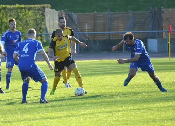Prattelns Giuseppe Conserva (am Ball) gegen Möhlins Roman Lehmann (links) und Marko Zelenika (rechts).