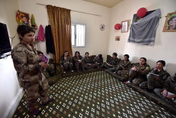 YPJ-Kämpferinnen in Deir ez-Zor bei der Ausbildung.