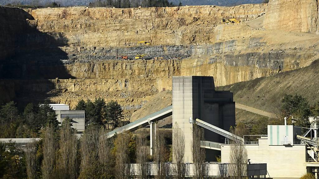Der Steinbruch von Holcim am Mormont frisst sich in die Hügelflanke. Aktivisten wollen jetzt die Ausbaupläne des Zementherstellers verhindern. (Archivbild)