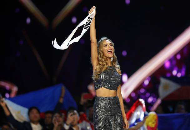 epa07236585 Miss Spain Angela Ponce, the first transgender woman who take part in the international beauty contest, thank the crowds during the Miss Universe 2018 beauty pageant at Impact Arena in Bangkok, Thailand, 17 December 2018. Women representing 94 nations will participate in the 67th Miss Universe 2018 beauty pageant in Bangkok. EPA/RUNGROJ YONGRIT EDITORIAL USE ONLY