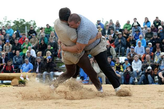 Kaum hat der Schlussgang zwischen Patrick Räbmatter (rechts) und Nick Alpiger begonnen...