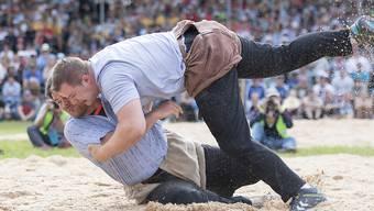 Christian Schuler (oben) bodigte im Schlussgang Mike Müllestein mittels Übersprung