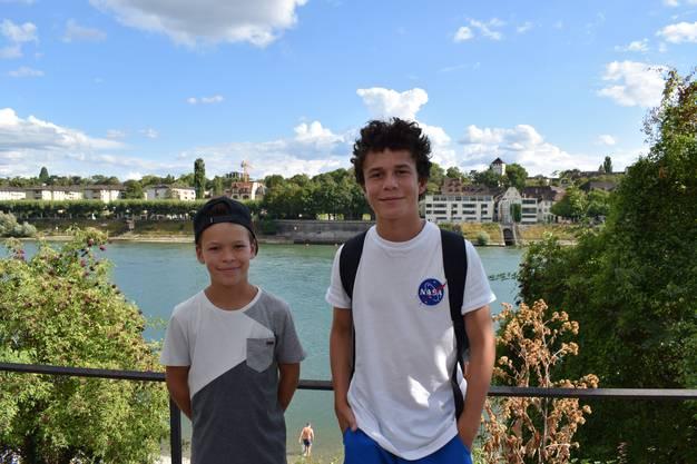 Die Brüder kannten den Rhein bis heute nur aus dem Schwimmbad. Um den «echten» Fluss zu testen, haben ihre Eltern sie ans Rheinschwimmen mitgenommen. «Wenn es Wellen von Schiffen gibt, wird das Schwimmen etwas anstrengend», wissen die beiden aber schon. Angst haben sie aber keine – im Gegenteil, sie können es kaum erwarten, ins Wasser zu kommen.