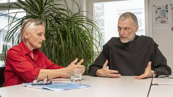 Sterbebegleiterin Erika Preisig (links im Bild) möchte künftig assistierte Suizide unterhalb des Klosters Mariasteins durchführen, wo Abt Peter von Sury (rechts) mit seinen Mitbrüdern lebt. Bild: Nicole Nars-Zimmer (Liestal, 27. Februar 2020)