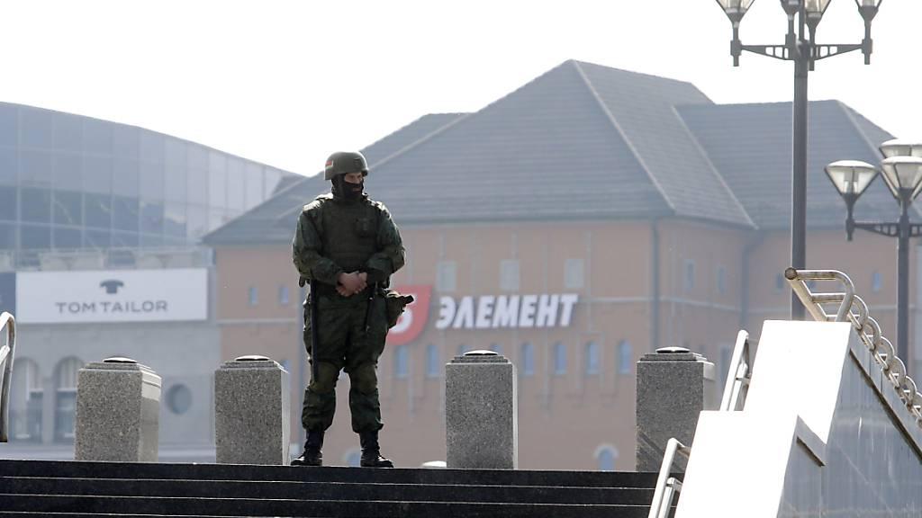 Ein Soldat des belarussischen Innenministeriums bewacht eine leere Straße, um Proteste der Opposition zu verhindern. Foto: Uncredited/BelaPan/dpa