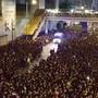 Trotz riesigen Menschenmassen: Will ein Rettungsfahrzeug vorbei, teilt sich die Menschenmenge wie von Zauberhand.