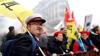 Mehrere Hunderttausend Menschen haben in Frankreich gegen die Politik von Präsident Macron protestiert.