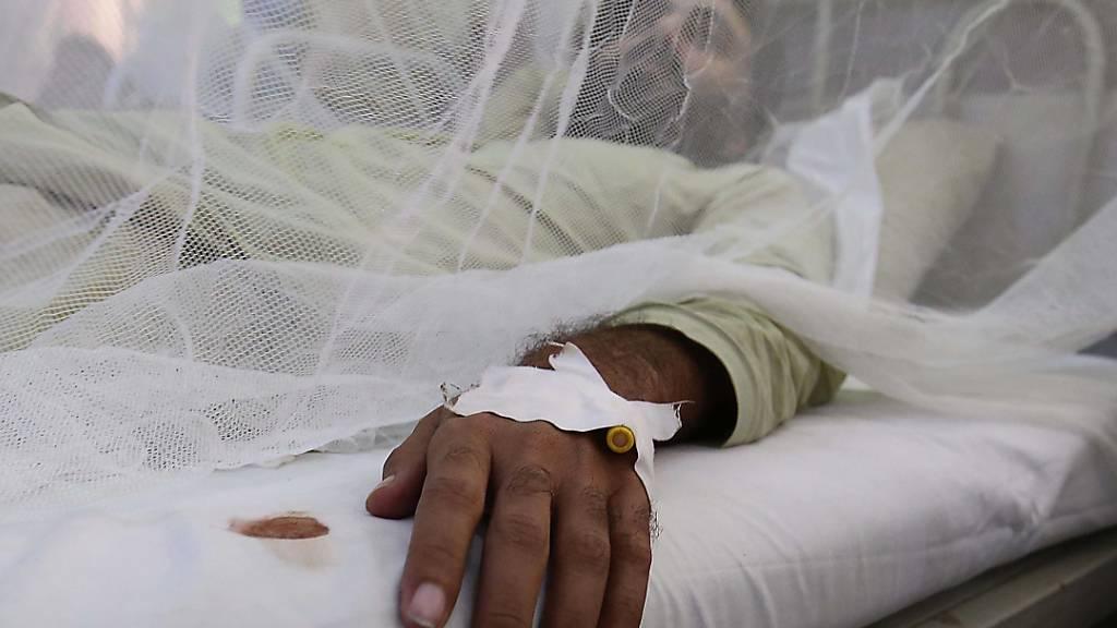 Ein Patient mit Dengue-Fieber in einem Spital. (Symbolbild)