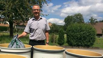Daniel Gubler, Gemeindepräsident von Winznau, mit den neuen Abfalleimern.