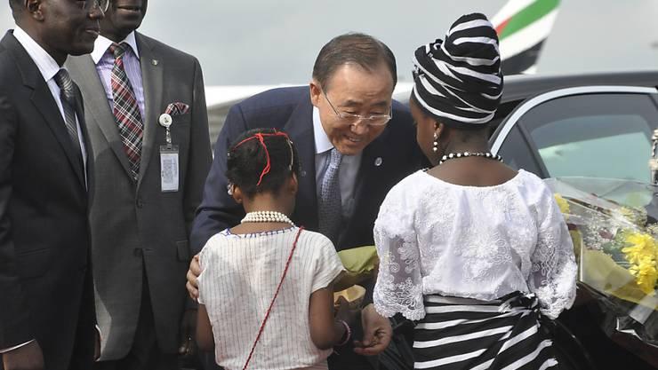 UNO-Generalsekretär Ban Ki Moon wird in der nigerianischen Hauptstadt Abuja mit Blumen begrüsst.