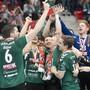 Die Thuner Spieler freuen sich über den sechsten Cupsieg