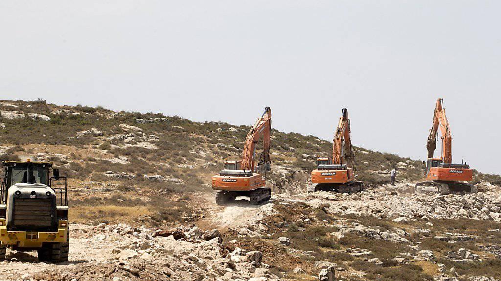 Israelische Bagger beim Bau neuer Zugangstrassen zu jüdischen Siedlungen im Westjordanland: Das Oberste Gericht Israels hat die nachträgliche Legalisierung jüdischer Siedlungen durch das Parlament rückgängig gemacht. (Archiv)