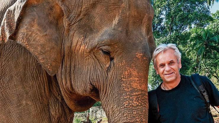 Fotograf Reinhard Strickler mit einem Elefanten in Sri Lanka.