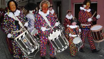 Laufenburger Narronen in ihrem einmaligen Blätzlikleid ziehen an der «Tschättermusik» durch die Gassen.