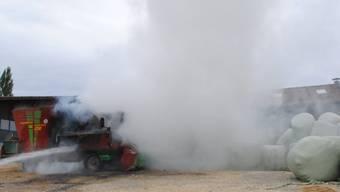 In Löhningen im Kanton Schaffhausen ist am Dienstagnachmittag eine Futtermischmaschine auf einem Bauernhof von einem Brand zerstört worden. (Bild: Schaffhauser Polizei)