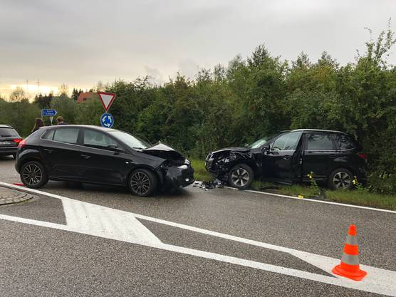 Fünf Personen werden verletzt (niemand schwer), bei Autos erleiden einen Totalschaden.