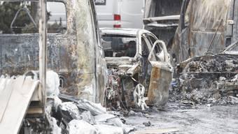 Les carcasses de vehicules incendies photographies dans la zone industrielle En Budron ou plusieurs vehicules ont ete incendie dans l'attaque d'un fourgon de transfert de fonds ce jeudi 20 juin 2019 au Mont-sur-Lausanne. Les convoyeurs ontete contraints de sortir de leur vehicule pendant que les agresseurs s'emparaient d'une partie de l'argent. Les auteurs ont pris la fuite apres avoir incendie les vehicules. (KEYSTONE/Cyril Zingaro)