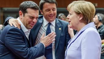 Galgenhumor? Griechenlands Premier Alexis Tsipras mit seinem italienischen Amtskollegen Matteo Renz und der deutschen Bundeskanzlerin Angela Merkel.