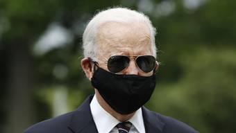 Joe Biden am Montag bei seinem ersten öffentlichen Auftritt seit Monaten: Anders als Donald Trump trägt er eine Gesichtsmaske. (AP Photo/Patrick Semansky)