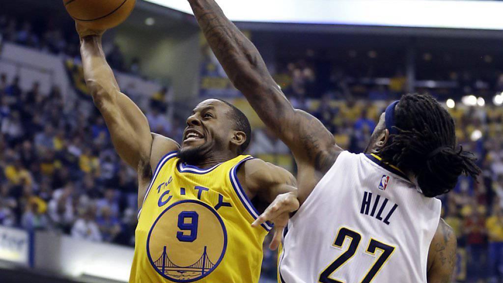 Die Golden State Warriors (im gelben Trikot) bleiben auch nach dem Spiel gegen die Indiana Pacers ungeschlagen