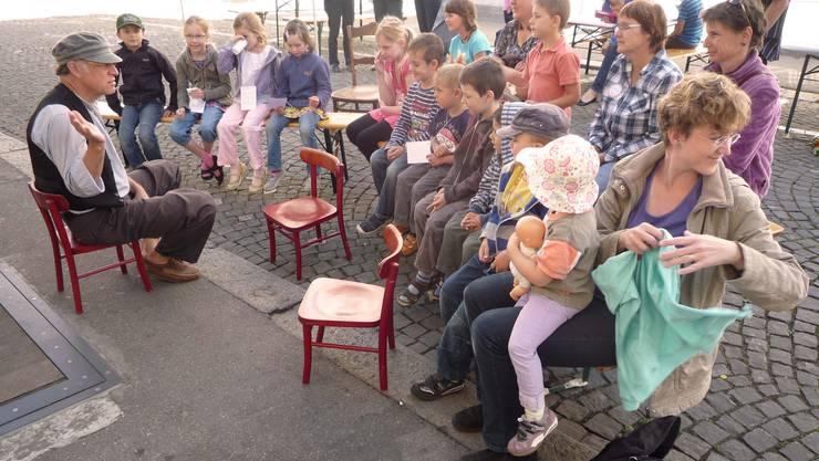 Bruno Durrer verzauberte die Kinder mit Geschichten und Gestik (Foto: zvg)