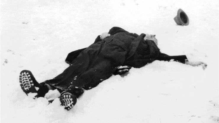 Robert Walser liegt tot im Schnee. Der Schriftsteller starb am 25. Dezember 1956 auf einem Spaziergang in der Umgebung von Herisau.