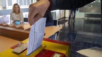 Nicht alle Schweizer Bürgerinnen und Bürger im Erwachsenenalter dürfen heute an die Urne. Das will der Kanton Genf ändern.