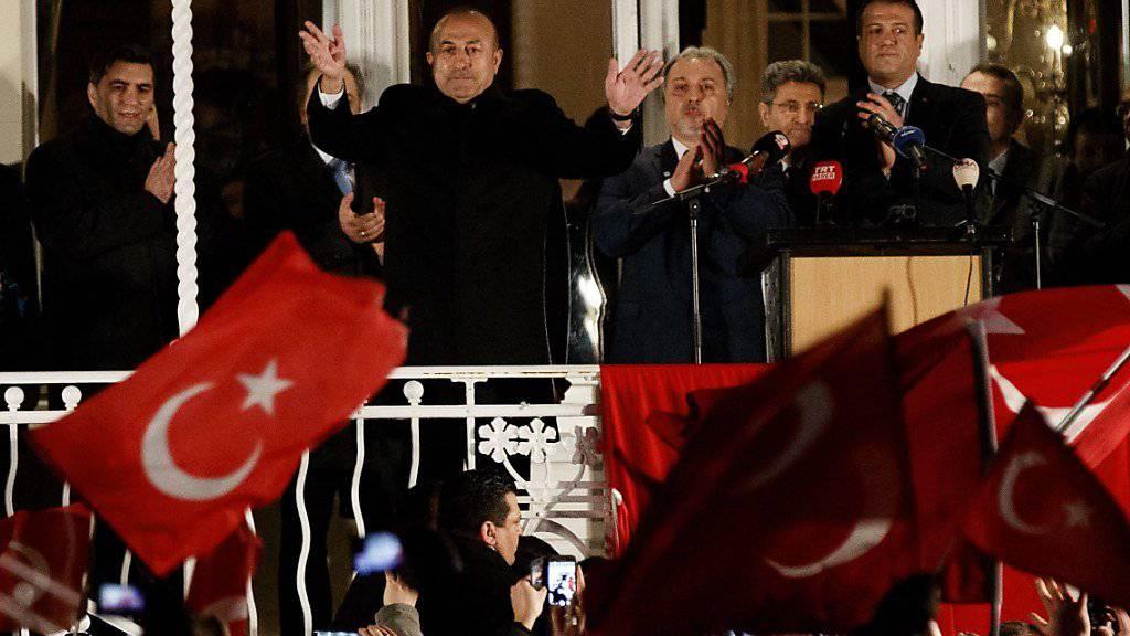 Der türkische Aussenminister Cavusoglu auf dem Balkon der Residenz des türkischen Generalkonsuls in Hamburg.