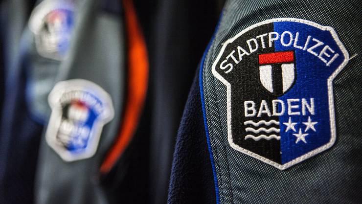 Badener Stadtpolizisten trugen die Frau zu viert in eine Einschliesszelle. (Archivbild)
