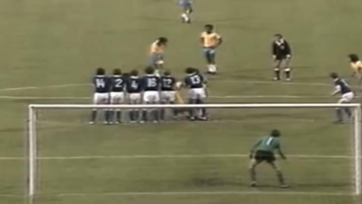 Die Lücke machts möglich: Rivelinos trifft per Freistoss gegen die DDR an der WM 1974.