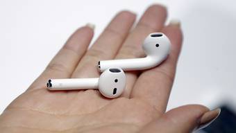 iPhone-Nutzer können die drahtlosen Mini-Ohrhörer von Apple noch nicht nutzen. Der Konzern hat den Verkaufsstart verschoben.