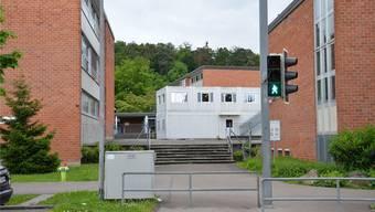 Blick auf das Schulhaus Wolfsmatt in Dietikon.
