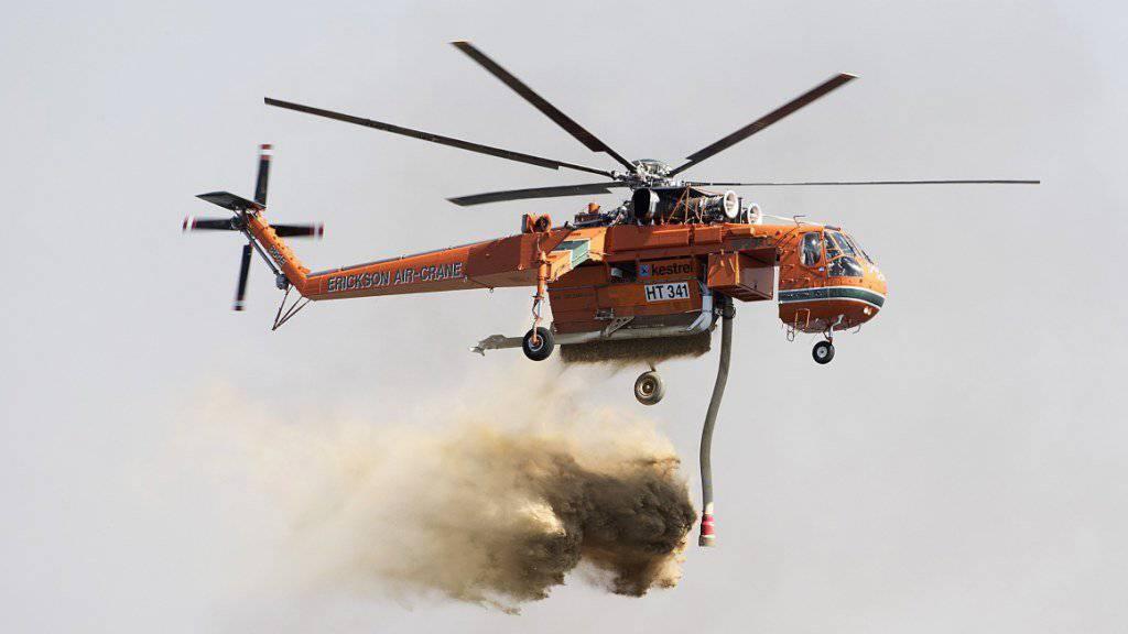 Helikopter wirft über Carrum Downs Wasser ab.