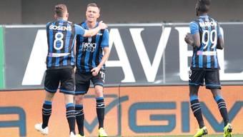 Josip Ilicic lässt sich von seinen Teamkollegen feiern
