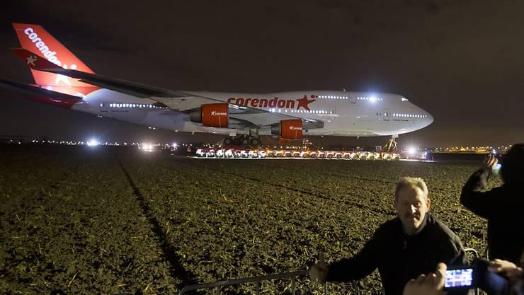 Auf dem Landweg wird eine ausgemusterte Boeing 747 zu einem Hotel in den Niederlanden geschleppt, wo sie als Attraktion dienen für die Besucher soll.