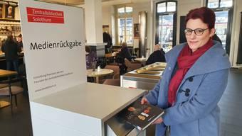 Direktorin Yvonne Leimgruber vor der neuste Zenti-Innovation.