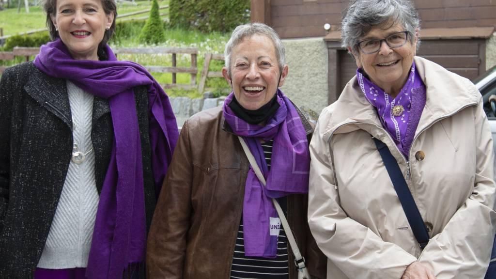 Bundesrätin Simonetta Sommaruga, Germaine Zenhäusern und die ehemalige Bundesrätin Ruth Dreifuss in Unterbäch VS. Zenhäusern ist die Tochter der Frau, die bereits 1957 - noch vor der Einführung des Frauenstimmrechts - an die Urne ging.