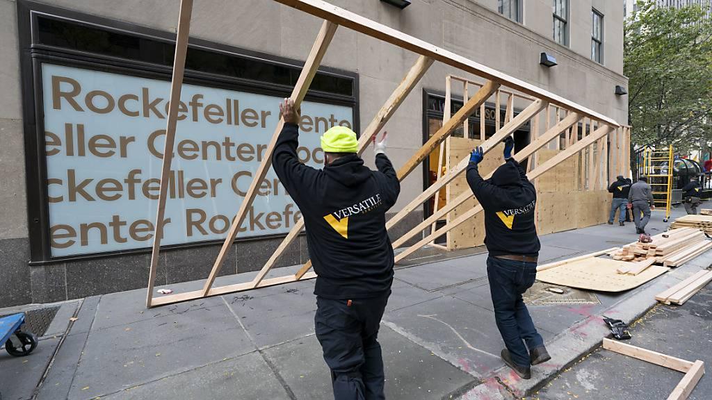 Die Fenster eines Lego-Geschäftes im Rockefeller Center werden aus Angst vor Ausschreitungen rund um die US-Präsidentschaftswahl geschützt. Foto: Mark Lennihan/AP/dpa