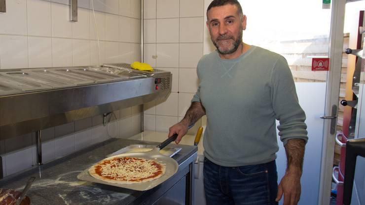 Luigi Iuliano posiert mit dem neuen Angebot der Casa Loca.