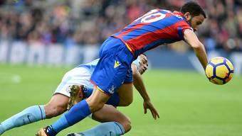 Manchester City mit Danilo (im Bild links) strauchelt bei Crystal Palace (mit Andros Townsend)