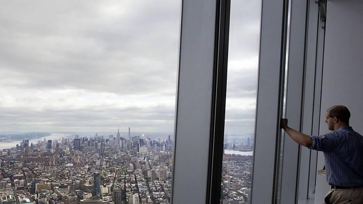 Ein Besucher geniesst die Aussicht über New York vom neuen World Trade Center
